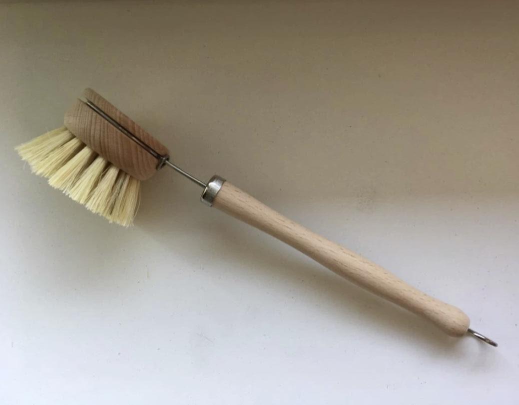 Деревянная щетка на длинной ручке