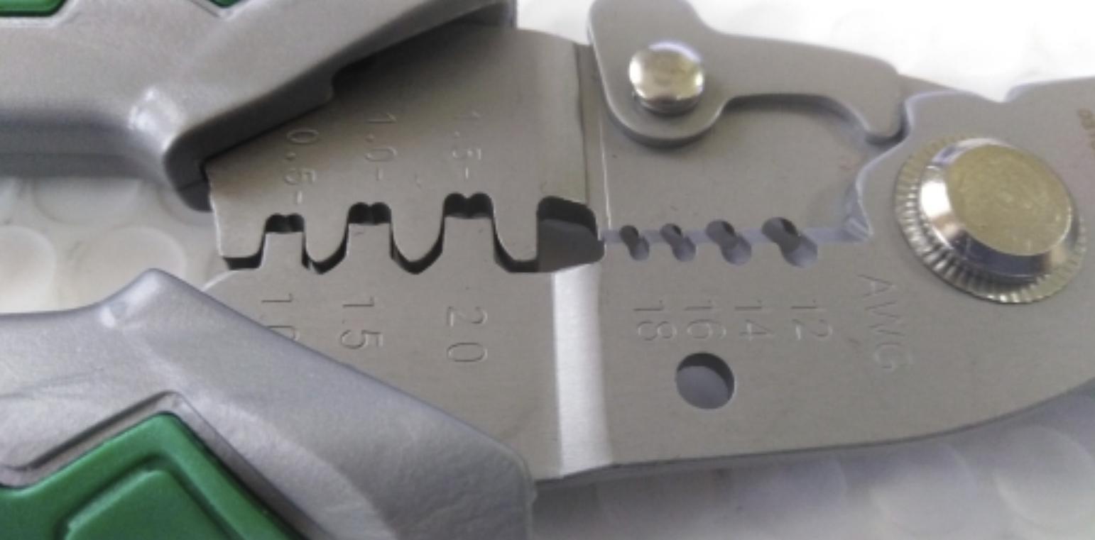 Плоскогубцы для работы с проводами