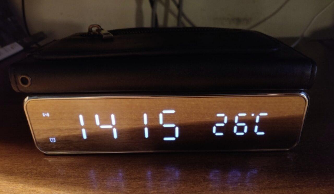 Цифровые часы с функцией зарядки телефона
